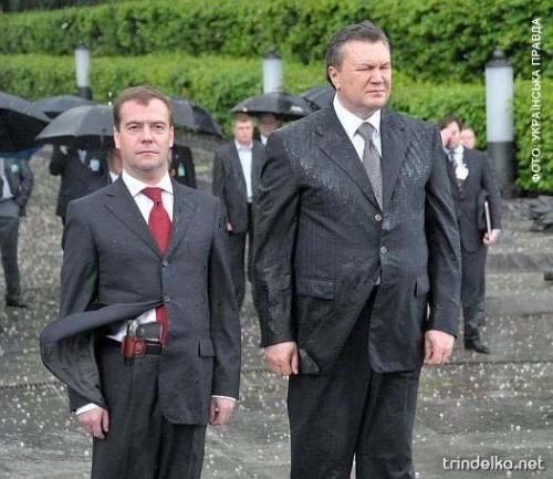 Фотожаба - Янукович, Медведев, ветер и венок